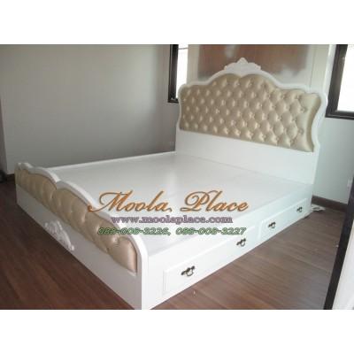 เตียงนอน แกะสลักลายพร้อมบุกำมะหยี่หัวเตียงหัวและท้ายเตียง มีลิ้นชักเก็บของ 2ลิ้นชัก  ขนาด 6 ฟุต