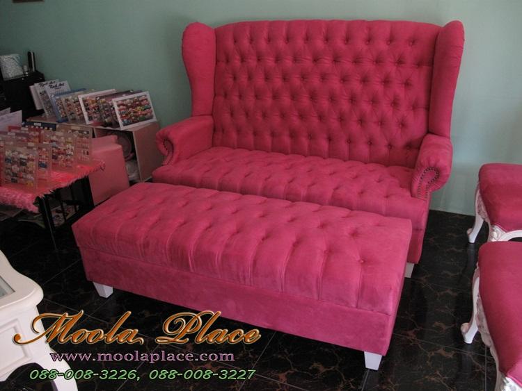โซฟา Wing Chair สไตล์วินเทจ 2 ที่นั่ง (ใหญ่) ขากลึง ผลิตจากผ้ากำมะหยี่อย่างดี พร้อมสตูลที่วางเท้า สามารถเปลี่ยนสีและลายผ้าได้ (ลูกค้าสามารถเปลี่ยนสีกำมะหยี่และลายผ้าตามต้องการ) ตกแต่ง ลวดลายเบาะหลังให้เก๋ไก๋ สวยงามด้วยการเย็บดึงกระดุม แข็งแรง พร้อมสตูลวางขา นั่งสบายมากๆๆ สามารถนำไปตกแต่งมุมรับแขก ร้านค้า หรือ ออฟฟิศของลูกค้า เพื่อเพิ่มบรรยากาศ วินเทจ สวยๆ เก๋ๆ  ชิคๆ ดูดี มีสไตล์ ให้มุมโปรดของคุณ  ขนาดโซฟา กว้าง 160  x ลึก 85 x สูง 110  หมายเหตุ : ถ้าลูกค้าเปลี่ยนสีกำมะหยี่ราคาจะอยู่เท่าเดิม แต่ถ้าเปลี่ยนลายผ้าราคาอาจลดลงหรือเพิ่มขึ้นตามราคาของผ้าครับ  ฟรีค่าจัดส่งใน กทม.  โซฟา, Wing Chair, โซฟาวินเทจ, อาร์มแชร์,  โซฟา Wing Chair โซฟาวินเทจ  โซฟา Wing Chair โซฟาวินเทจ โรงงานโซฟา รับผลิต