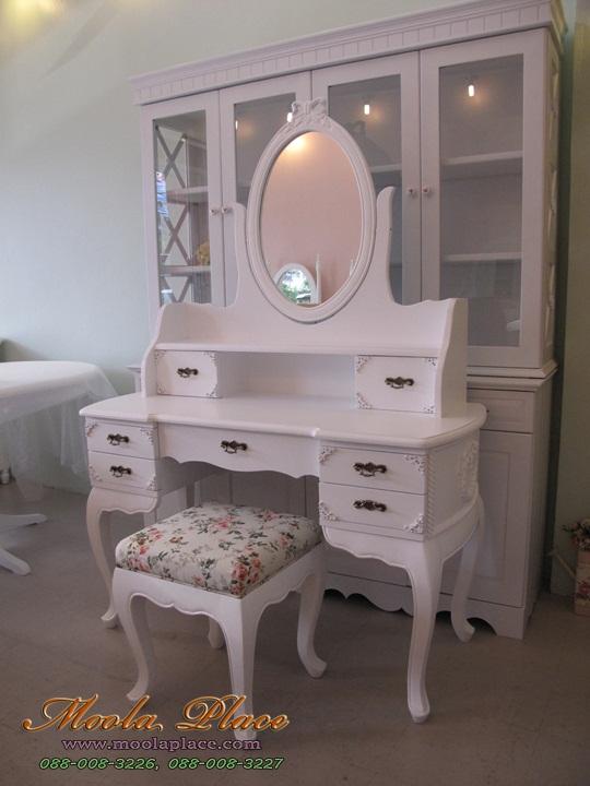 โต๊ะเครื่องแป้ง สีขาว สไตล์วินเทจ ด้านข้างโต๊ะและตัวกระจกแกะลายโบว์ พร้อมสตูลขาสิงห์